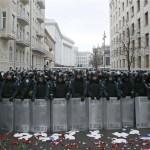 Укрaинците со саксии на глава на протести