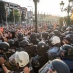 Група од четворица демонстранти од протестите на 5 мај на обвинителна клупа