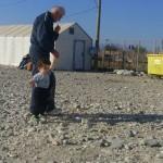 Како се грижат за бегалците во камповите во Македонија и во Грција?