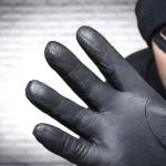 """Двајца крадци снимени на дело од камера инсталирана во """"шпијунка"""" од соседниот стан"""