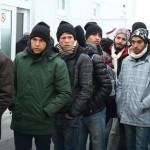 Протест на границата: Автобуси полни со бегалци и деца стојат на преминот меѓу Грција и Македонија
