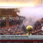 Хаос во косовскиот парламент – солзавец на почетокот на седницата, зградата под опсада на полицијата (ВИДЕО)