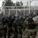 Мигрантите ја пробија заштитната ограда -најмалку 30 повредени