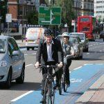 Борис Џонсон доби забрана да доаѓа на работа со велосипед