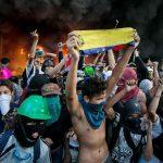 Врховниот суд во Венецуела нападнат  со граната од полициски хеликоптер