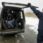 Во товарно возило кај Неготино пронајдени 10 мигранти, возачот уапсен