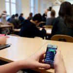 Франција ја укинува употребата на мобилни телефони во училиштата