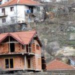 Властите во Гостивар започнаа акција за уривање дивоградби