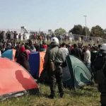 (Видео) Стотина мигранти се судрија со грчката полиција во обид да влезат во Македонија