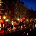 Амстердам забранува туристички обиколки во Улицата на црвените фенери