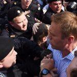 Сто луѓе уапсени на протест во Москва, приведен и најпознатиот опозиционер Навални