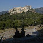 Во Грција се укинува носењето маска во молови