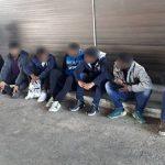 Дваесет и двајца мигранти пронајдени покрај пругата во Велес