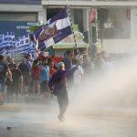 (Видео) Протести против вакцинацијата во Грција, полицијата употреби солзавец и водни топови