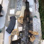 Пронајдена автоматска пушка во Скопје, приведени три лица